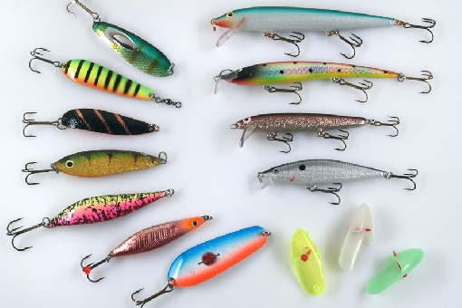 Trout lures for spinning and trolling. Left vertical row: Kuusamo Supertaimen, Inkoo, Salamander, EV Trutta, JK-Uistin, Blue Fox Trout Quiver and Räsänen. Right row: Rapala Husky, AL Uljas, HK Varma, Rapala Flat Rap and Anchovy bait heads.