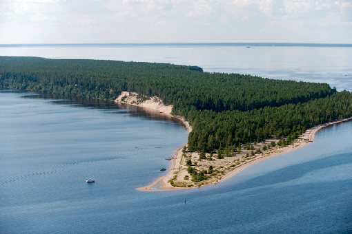 Ärjänsaari Island with its high sand banks is a distinctive landmark of Lake Oulujärvi.